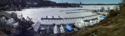 Inget skämt - isen ligger ännu tjock på Islingehavet och i hamnen