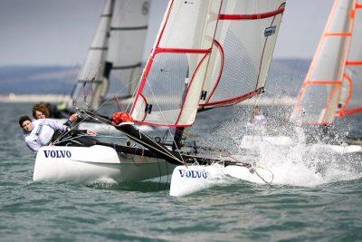 Ungdomarna är vana vid att segla snabbare än vi, i katamaranen Spitfire. Foto: Lidingö Jolleseglare
